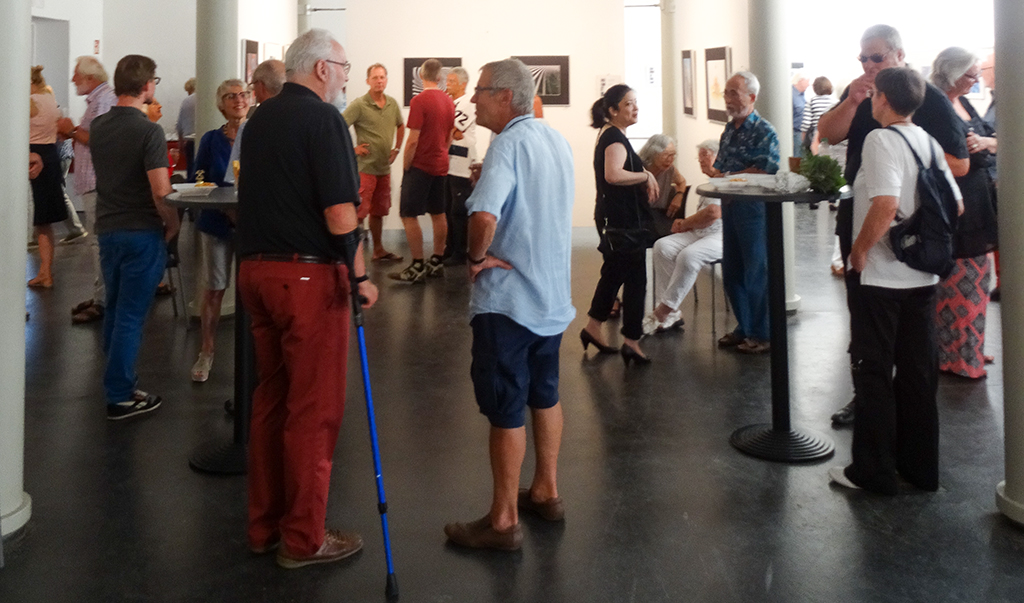 Besucher der Vernissage in der Stallhalle - © Dagmar Herfurth